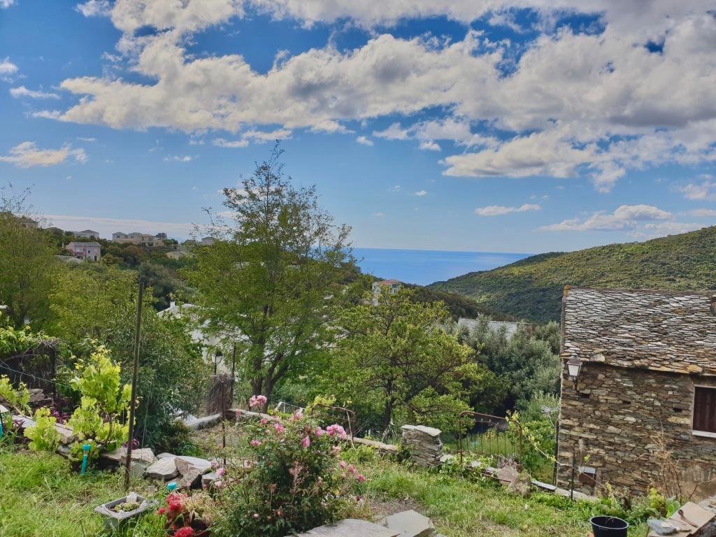 Secteur Miomo Cap Corse - Vente Maison de village en pierre avec jardin et dépendances. Possibilité d'extension. Santa-Maria-di-Lota