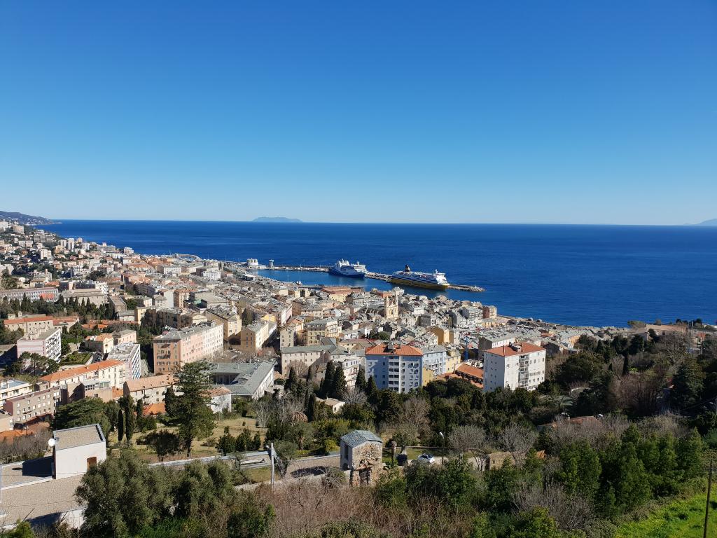 A vendre sur les hauteurs de Bastia un appartement T3 avec vue mer.