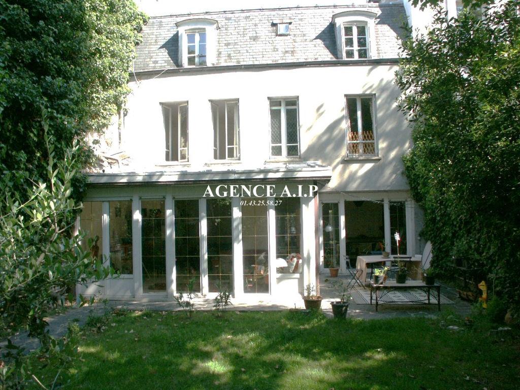 une maison avec un jardin dans Paris !!