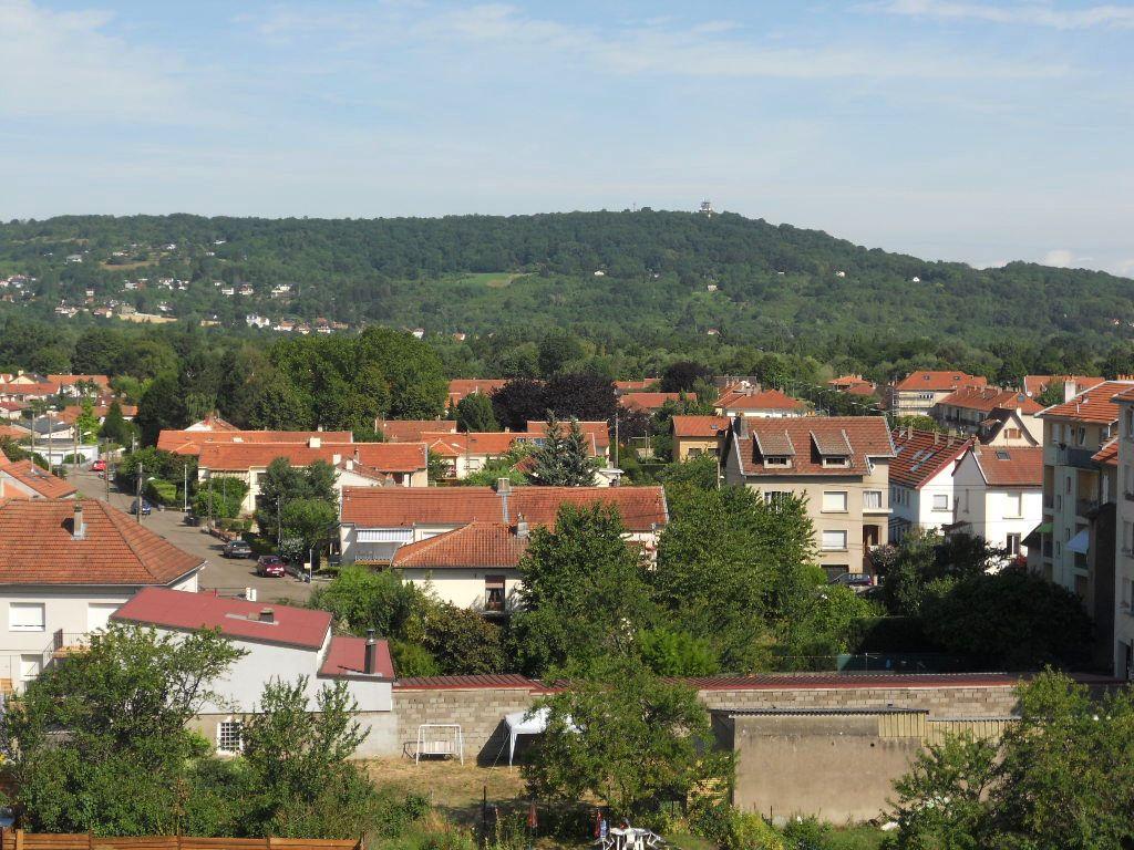 En dernier étage, un appartement de 100 m² au sol, 75 m² env habitable avec parking à Vendre à MONTIGNY Lès Metz
