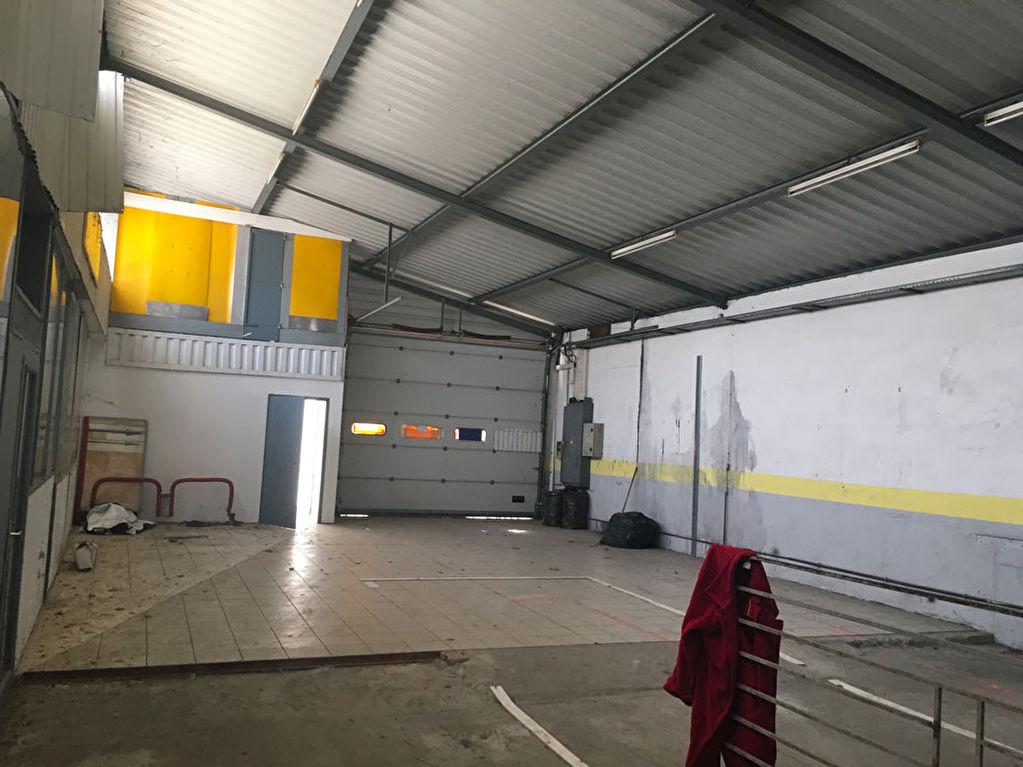 Entrepôt avec local commercial loué 700 m²