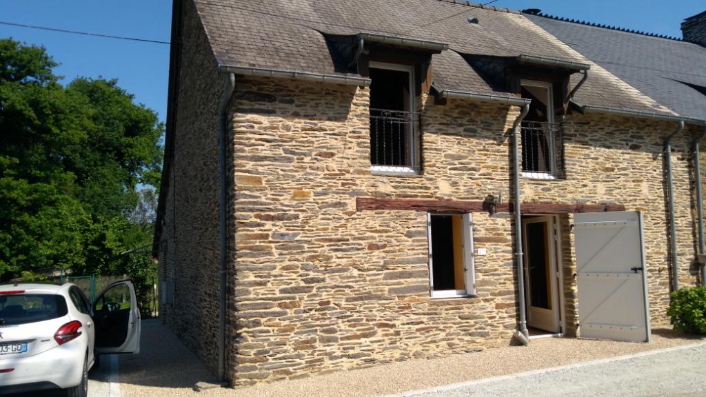 Maison en pierres à la campagne