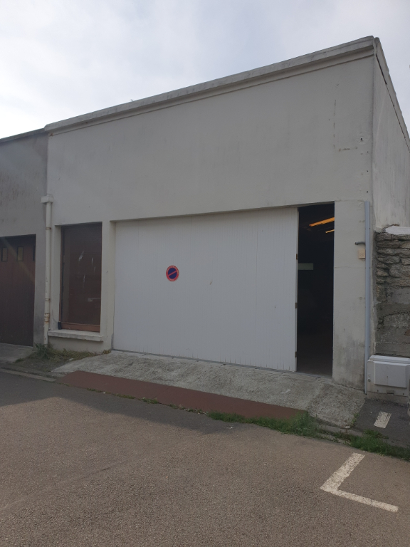 GARAGE 100m2 centre GUILVINEC