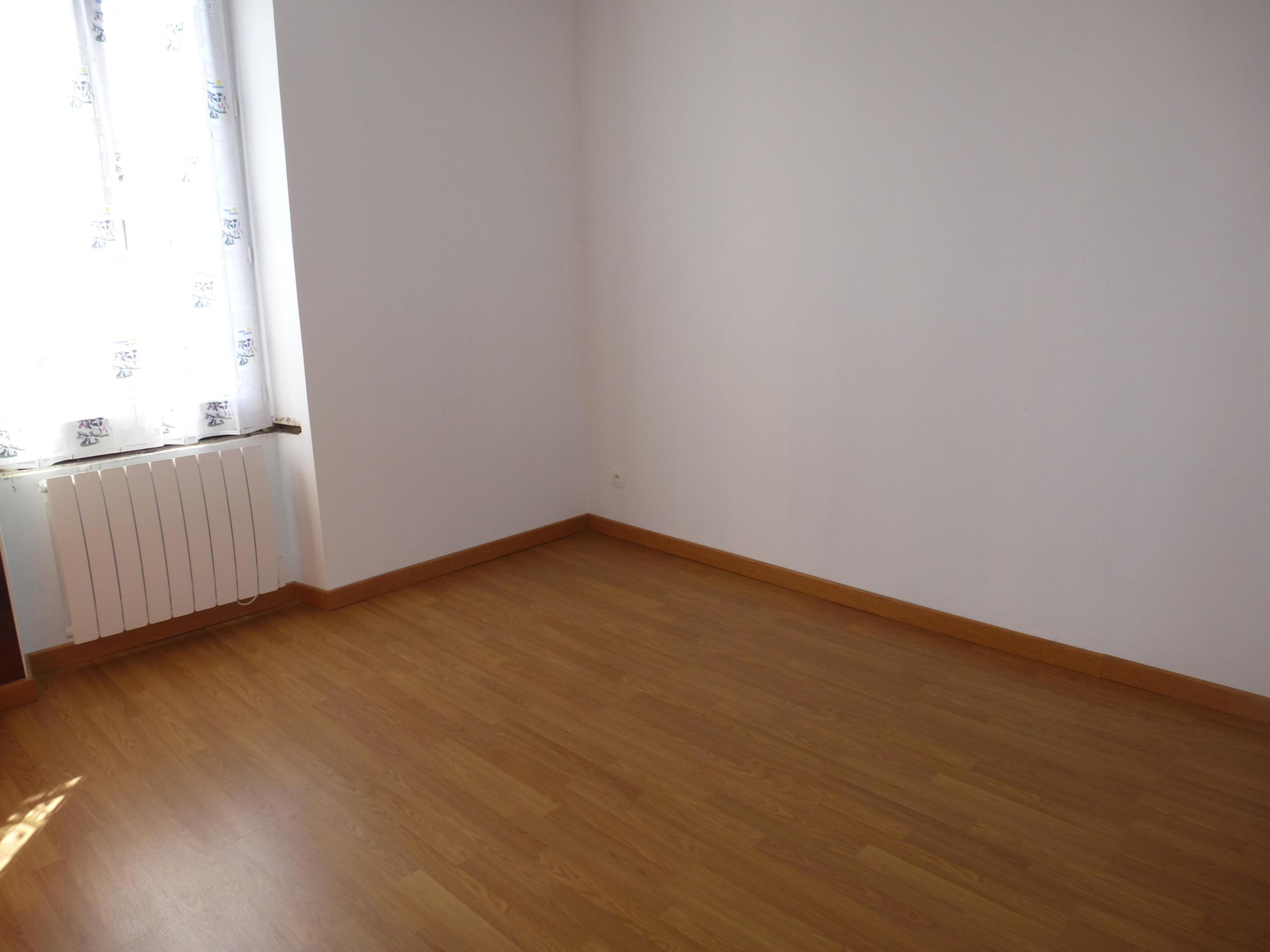 Appartement type F3 au premier étage d'un immeuble avec terrain de 200 m2.