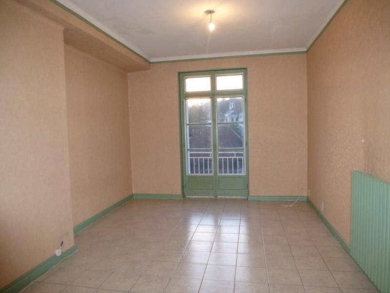 Centre ville Saint-Eloy-Les-Mines appartement type F3 avec balcon.
