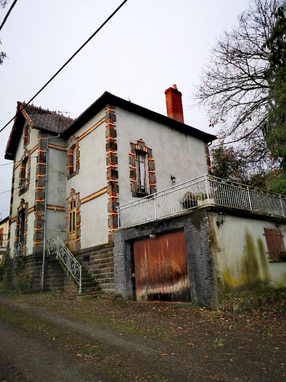 Saint-Eloy-Les-Mines maison d'habitation type F3 Avec terrain.