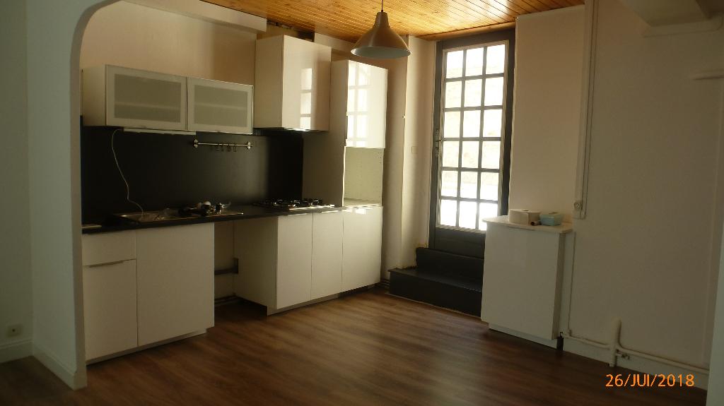 Montaigut-En-Combraille!! Maison d'habitation type F4 avec cour intérieure.