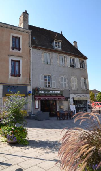 A SAINT-POURCAIN, IMMEUBLE DE 170 M² AVEC LOCAL COMMERCIAL A USAGE DE BAR