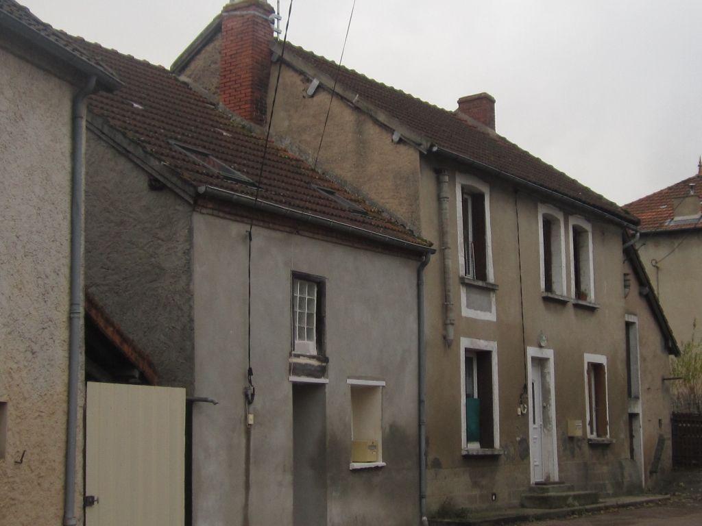 Montaigut-En-Combraille, immeuble de rapport composé de 5 appartements.