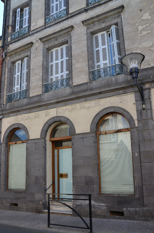 A SAINT-POURCAIN LOCAL DE 68 m²