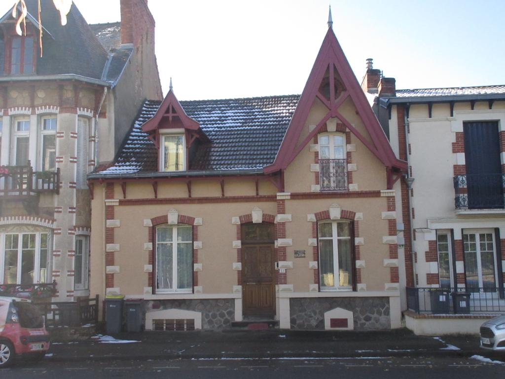Maison Neris Les Bains 7 pièce(s) 200 m2