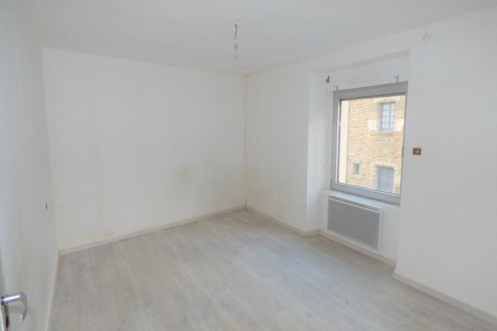 A vendre à Saint-Jouan des Guérets, hyper centre, maison trois chambres et un bureau