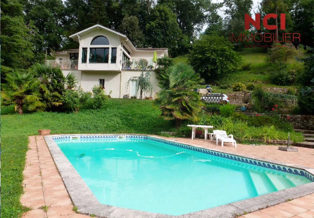 Belle maison de type 6 d'environ 220 m² proche de QUINSAC